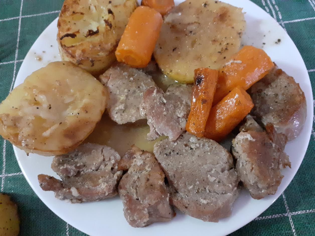Filete de cerdo al horno con patatas y zanahorias.