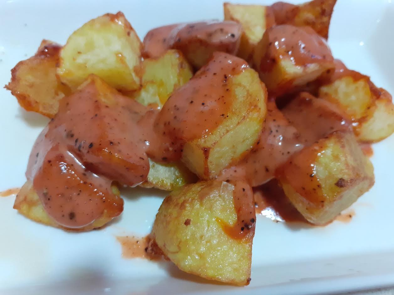 Patatas bravas con salsa de la casa.