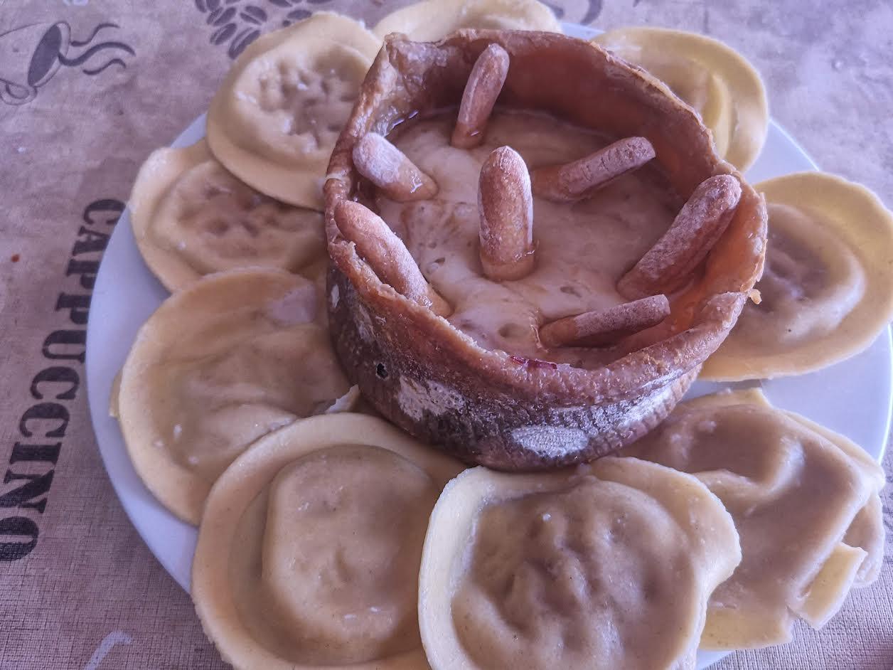 Raviolinis con salsa de queso del casar