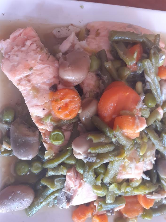 Salmón marinado con verduritas salteadas