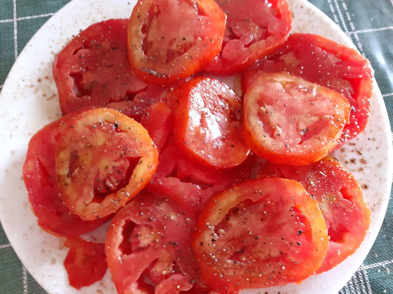 Tomate de payés con aceite, sal y pimienta