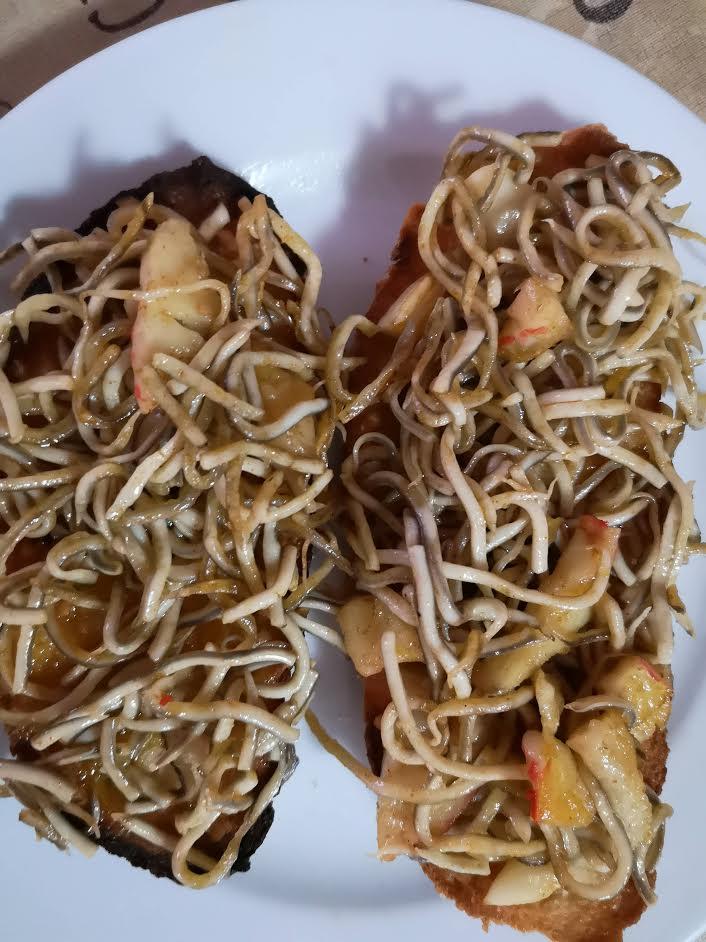 Tostadas con angulas y beicon